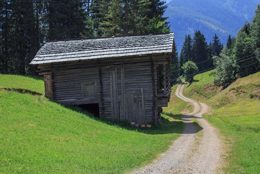 Holzhutte-vergrautes-Holz_Ratgeber
