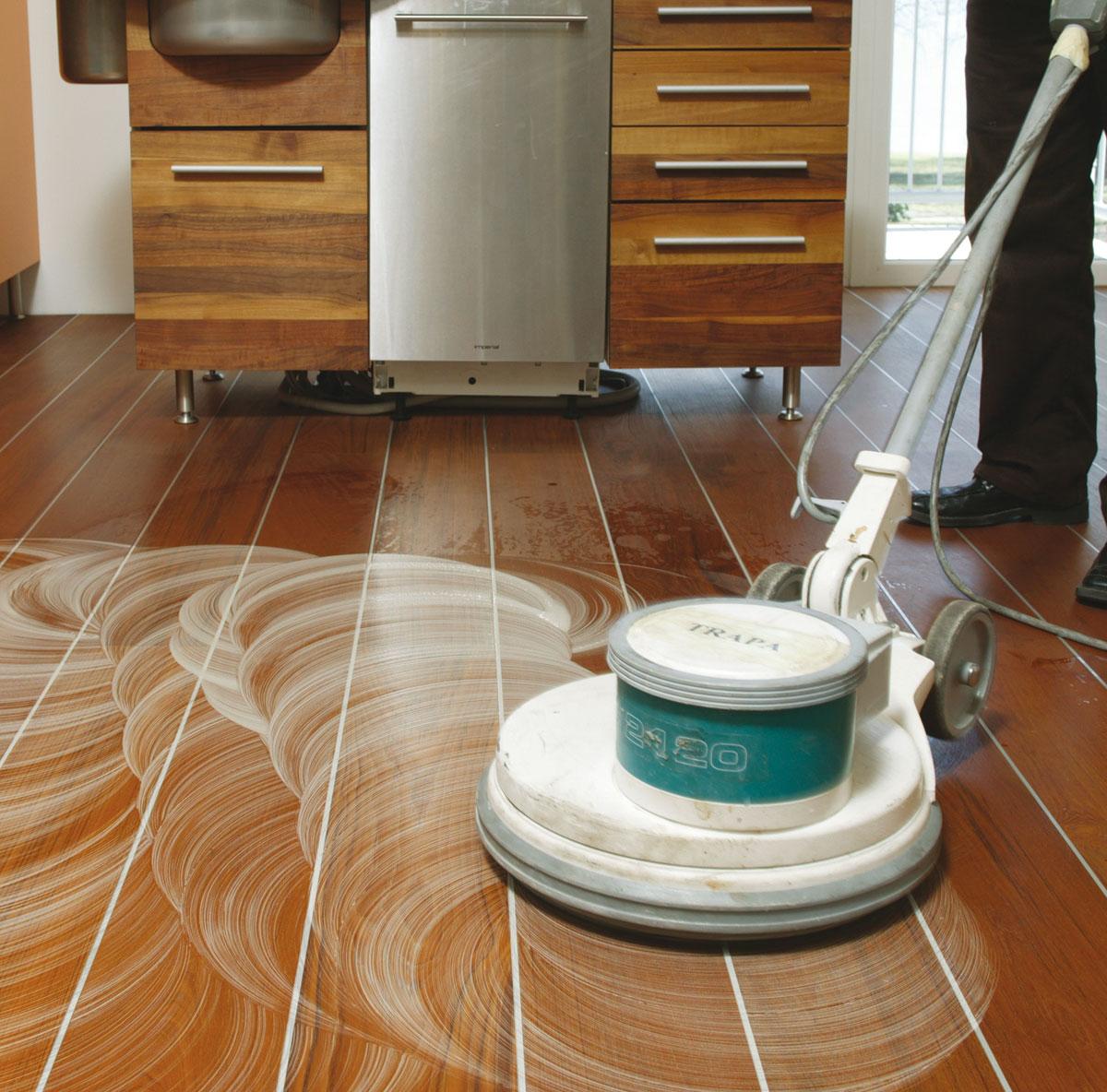 Ge-lten-Boden-mit-Einscheibenmaschine-reinigen